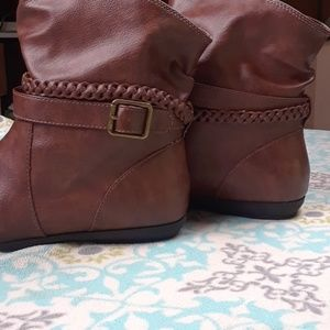 American eagle brown boots with buckle